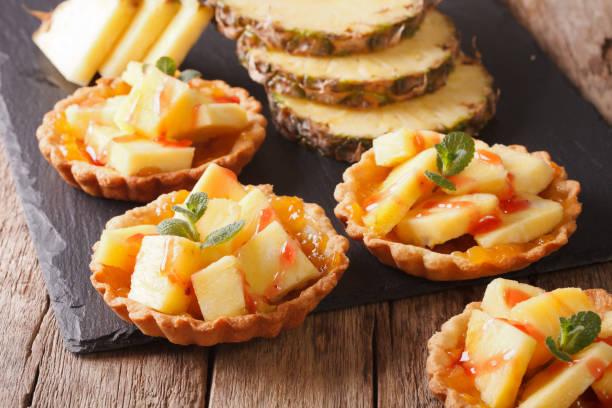 torte mit frischer ananas und marmelade closeup gefüllt. horizontale - ananaskuchen stock-fotos und bilder