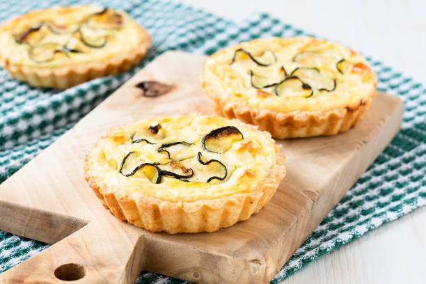 Tarte mit Käse und geschnittenen kleine zucchini – Foto