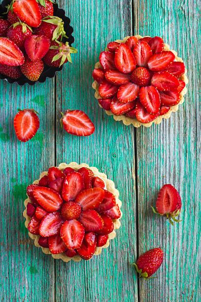 tarte mit frischen erdbeeren auf hölzerner hintergrund - sommertorten stock-fotos und bilder