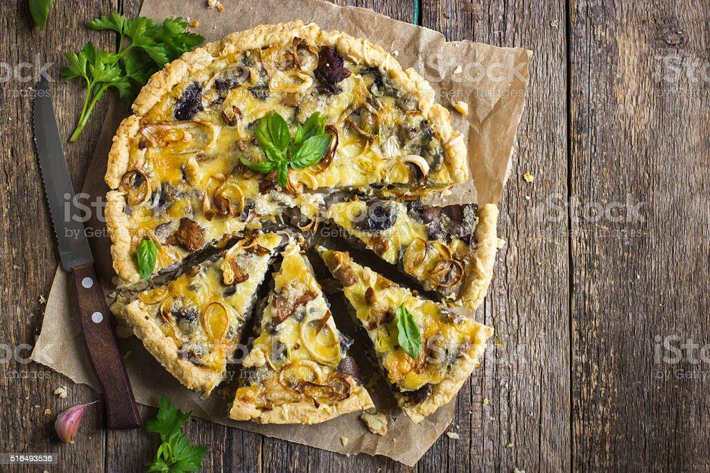 Torta com cogumelos, alho-poró e queijo - foto de acervo