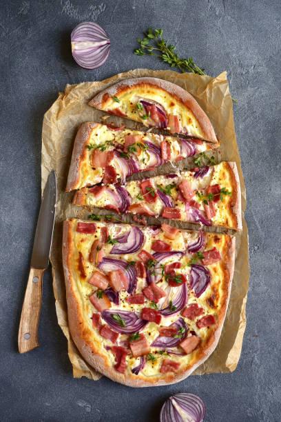 flammkuchen flammkuchen - traditionelle rustikale französische torte - fladenbrotpizza stock-fotos und bilder