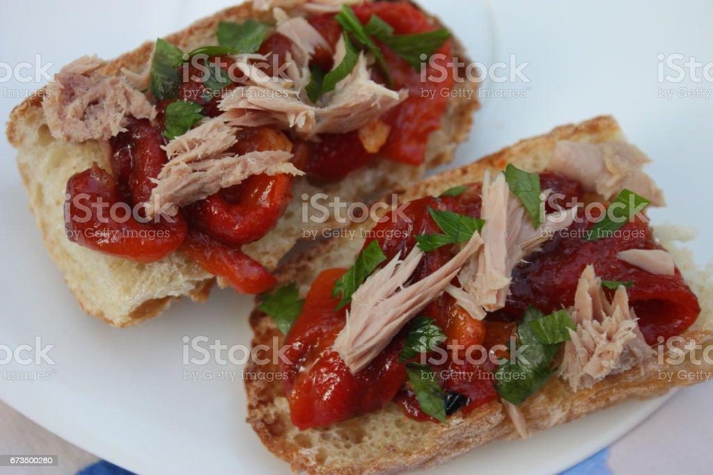 Tartine de pain : Thon poivron rouge grillé basilic stock photo