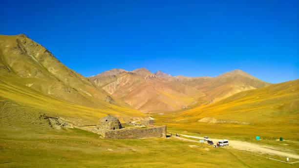tash rabat caravanserai in tian shan berg in de provincie naryn, kirgizië - karavanserai stockfoto's en -beelden