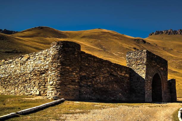 tash rabat karavanserai in tian shan-gebergte in naryn provincie kirgizië - karavanserai stockfoto's en -beelden