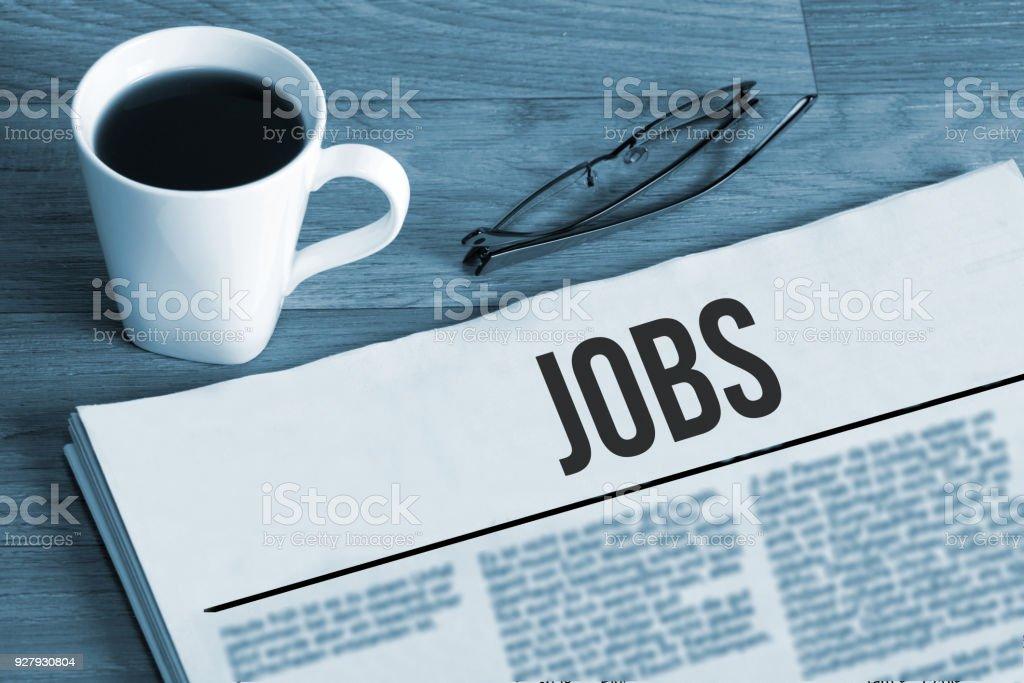 Tasse Kaffee, Lesebrille Und Eine Zeitung Mit Stellenanzeigen Bei Einer Job-Suche – Foto
