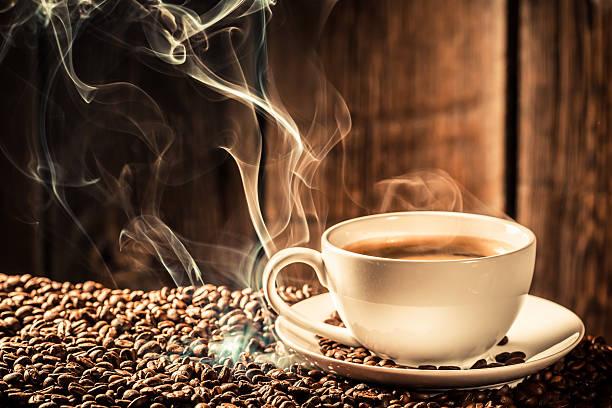 genießen sie eine tasse kaffee mit gerösteten getreide - kaffeepulver stock-fotos und bilder