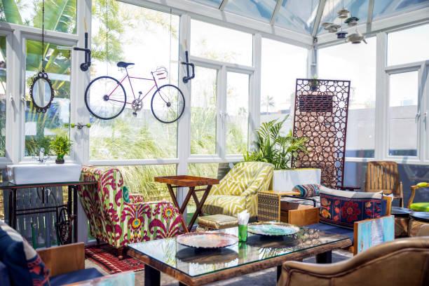 tastefully decorated boutique cafe - restaurant inneneinrichtung stock-fotos und bilder