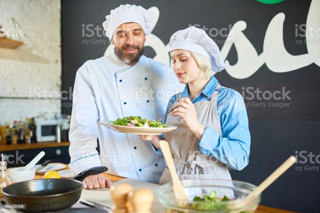 Proeverij van de salade - Royalty-free Alleen volwassenen Stockfoto