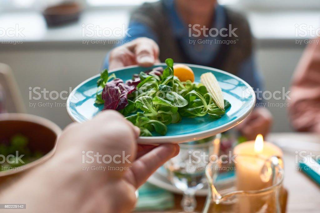 Dégustation de salade de légumes au dîner - Photo