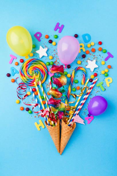 lecker appetitlich partei zubehör glücklich geburtstag süßigkeiten behandeln ballon candy lollypop bunte bouquet bright blue hintergrund top view mode konzeptionelle urlaub flach lag - eis ballons stock-fotos und bilder