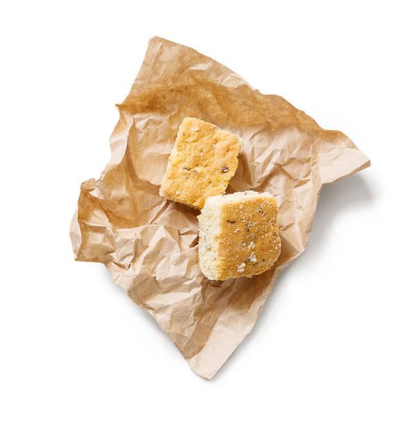 leckeren keks auf handwerk papier isoliert - low carb kekse stock-fotos und bilder
