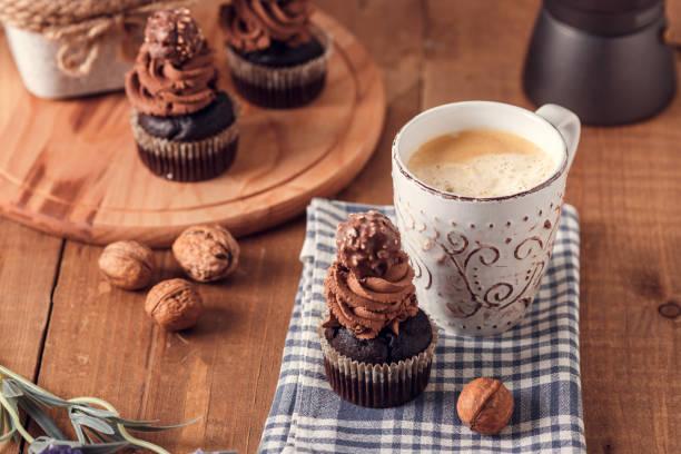 leckere schokoladen cupcakes. - heiße schokoladen cupcakes stock-fotos und bilder