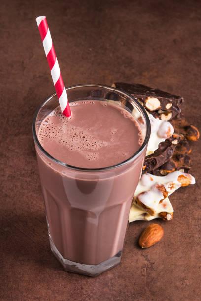 leckere schokolade trinken mit dessert bar - kaffee protein shakes stock-fotos und bilder