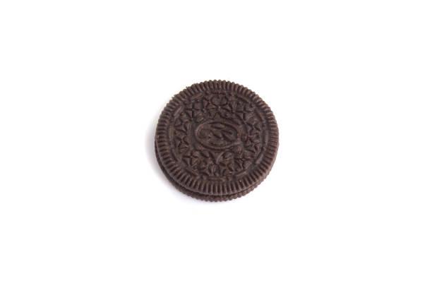 Saborosos biscoitos isolados no fundo branco - foto de acervo
