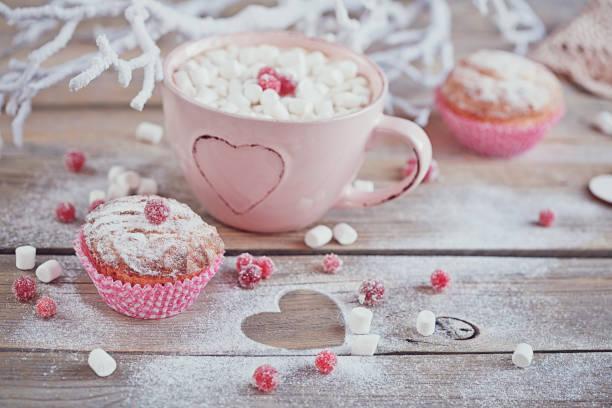 leckere cupcake mit beeren und tasse kaffee - heiße schokoladen cupcakes stock-fotos und bilder