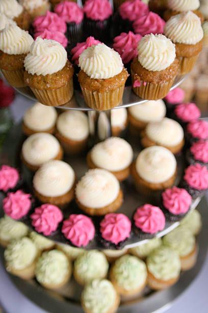 köstliche cupcakes am 3. stufe kuchen-platte im hochzeit repetion - cupcake türme stock-fotos und bilder