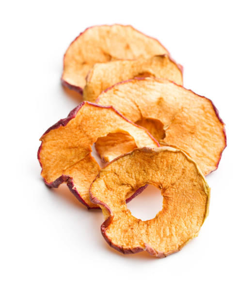smakelijke gedroogde appel segmenten - gedroogd voedsel stockfoto's en -beelden