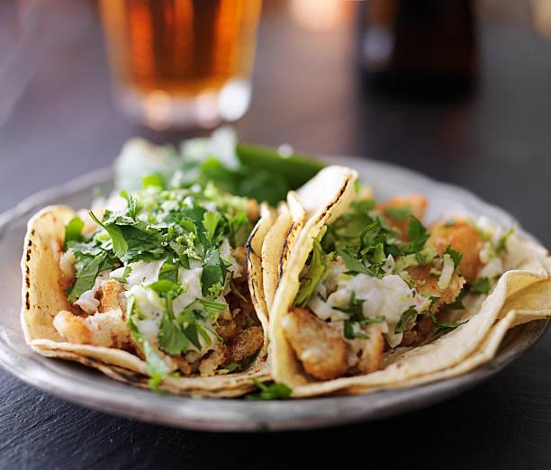deliziosi tacos di pesce e mais con tortilla - taco foto e immagini stock