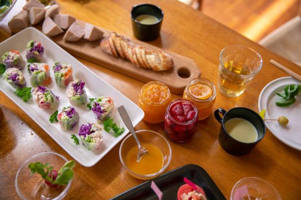 leckere speisen für das mittagessen - oliven wohnzimmer stock-fotos und bilder
