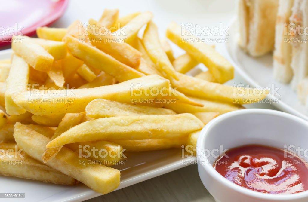 나무 테이블 배경에 토마토 소스와 함께 접시에 맛 있는 감자 튀김 royalty-free 스톡 사진