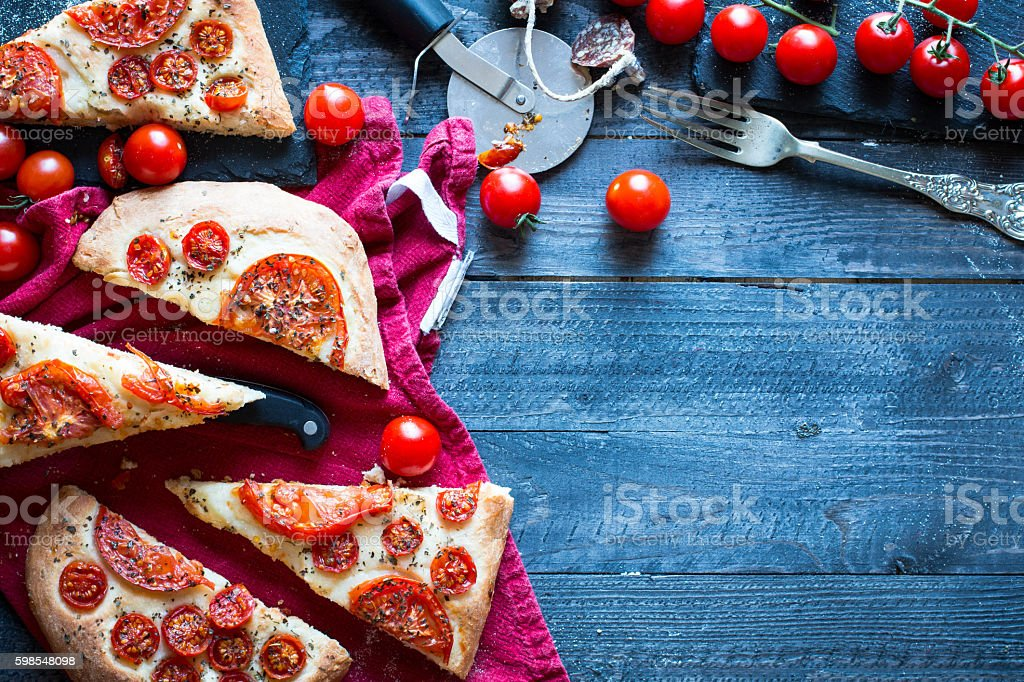 Tasty Hand Made Tomatoes and Pepperoni Pizza photo libre de droits