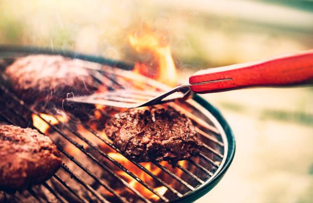 smaczne mięso na grillu - grillowany zdjęcia i obrazy z banku zdjęć