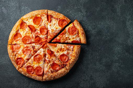 맛 있는 페 퍼로 니 피자와 블랙에 요리 재료 토마토 바 질 콘크리트 배경 뜨거운 페퍼로니 피자의 최고 볼 수 있습니다 와 텍스트 복사 공간 평면 배치 고기에 대한 스톡 사진 및 기타 이미지
