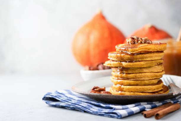 leckere kürbis pfannkuchen mit nüssen und karamell-sauce - zimt pekannüsse stock-fotos und bilder