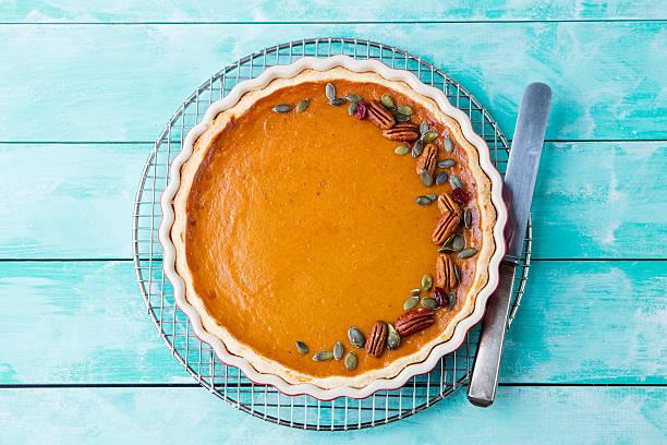 tasty pumpkin pie, tart made for thanksgiving day - zimt pekannüsse stock-fotos und bilder