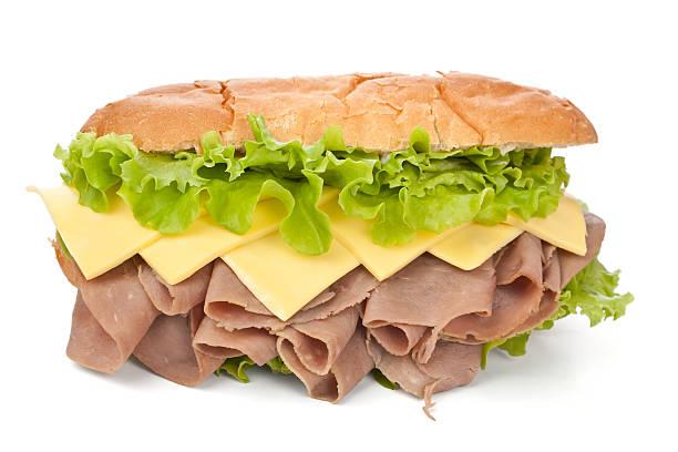 leckere reformierte gebratenes fleisch, käse und salat-sandwich - roast beef sandwich stock-fotos und bilder