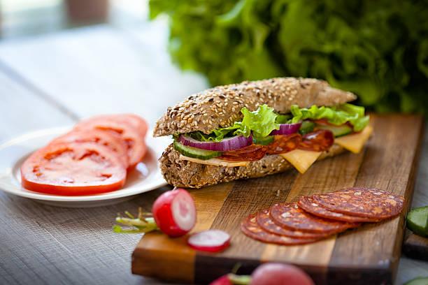 leckeres sandwich - käse wurst salat stock-fotos und bilder