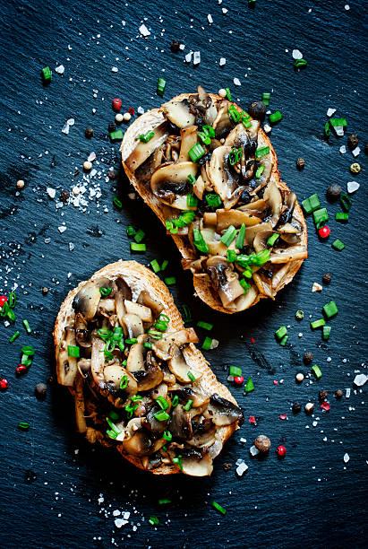Panini gustosi con funghi alla griglia e cipollotti - foto stock