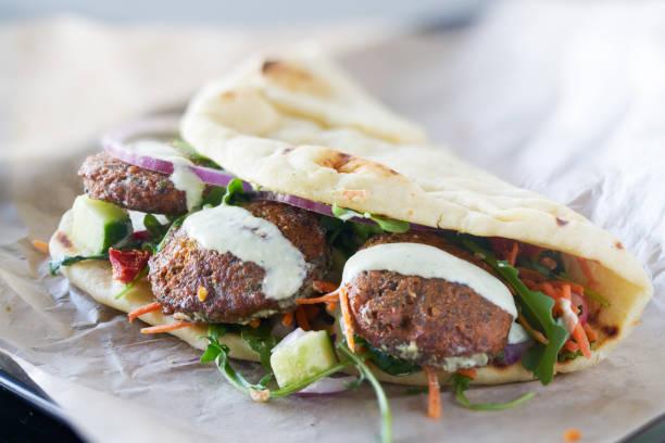 leckere vegane falafel wrap - veggie wraps stock-fotos und bilder