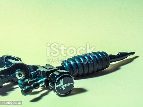 istock accesorios de tatuar, tubos de acero y plastico 1056536946