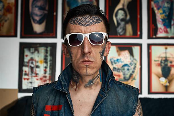 tattoo artist in denim-weste und eine sonnenbrille - gesichtstattoos stock-fotos und bilder