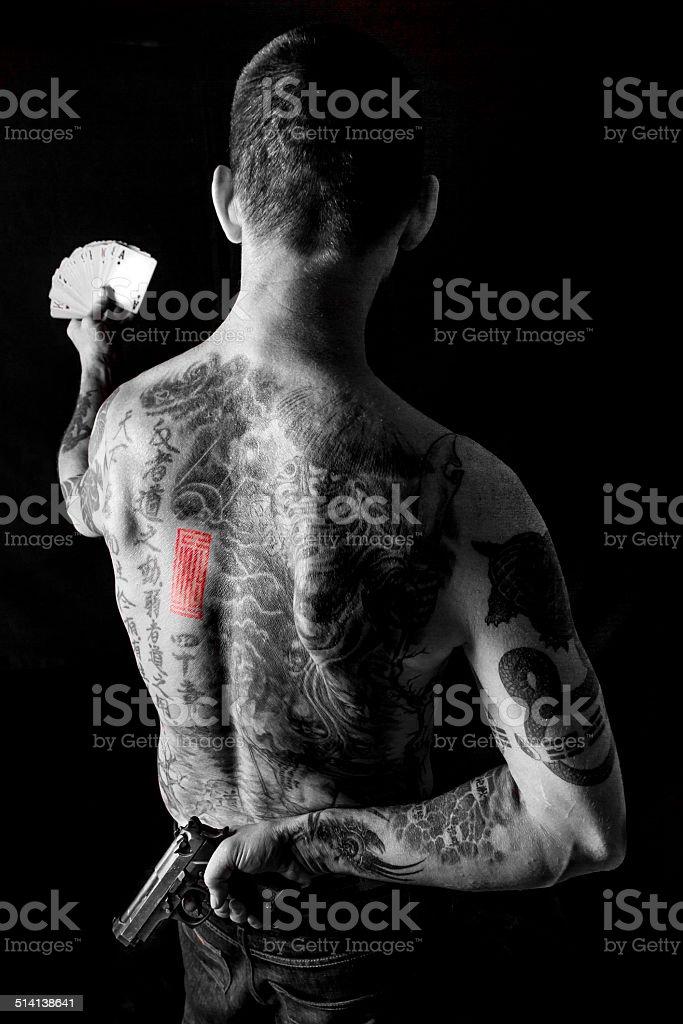 Homme tenant carte est conçue avec une arme à feu derrière le dos - Photo