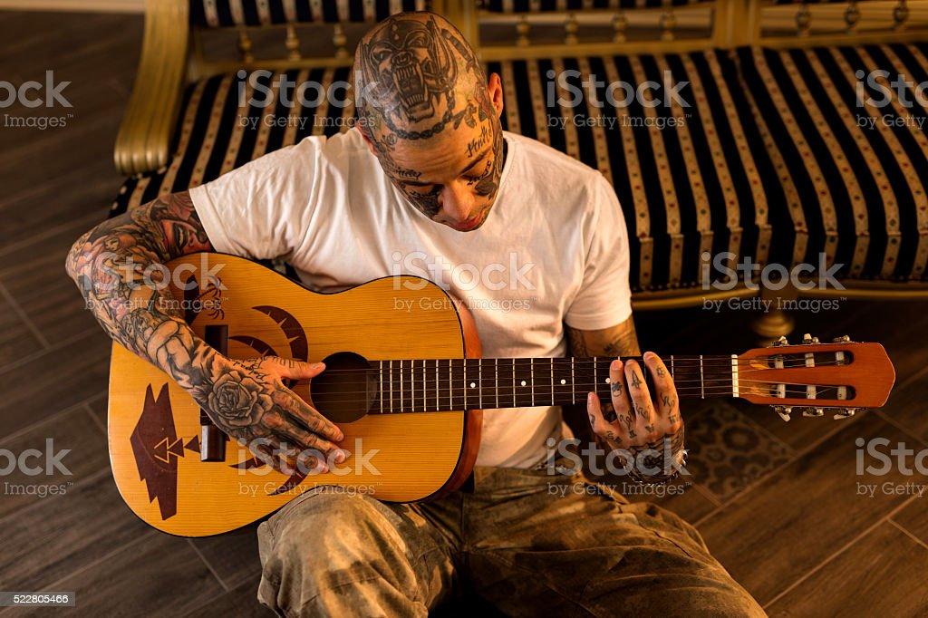 Homme Jouer De La Guitare Acoustique Tatouer Photos Et Plus D