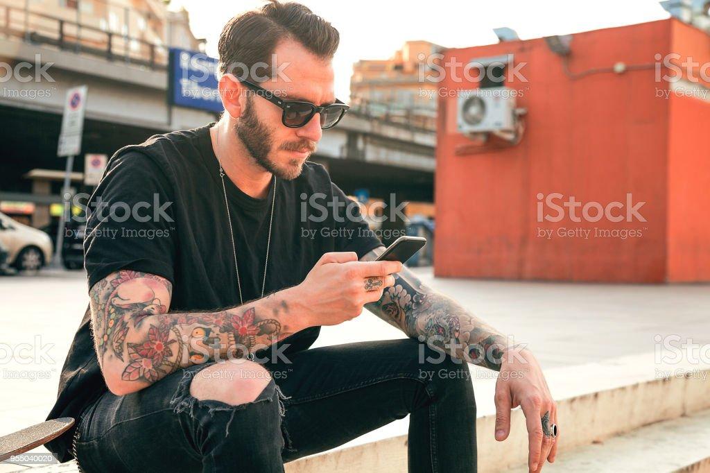 Fotografía De Hombres Tatuados Con Smartphone Y Más Banco De