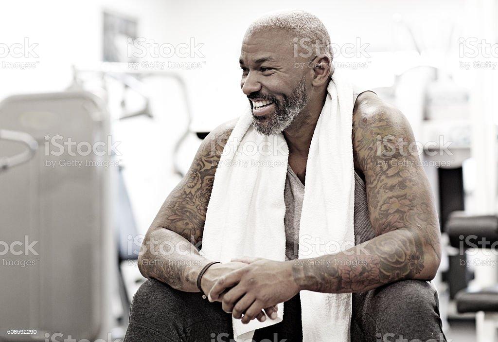 Tatuada medio de barbudo Hombre negro en un gimnasio - foto de stock