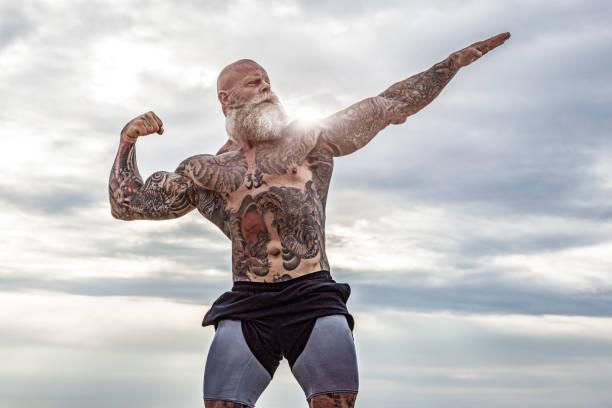 Tätowierter Senior Man beim Strandtraining – Foto