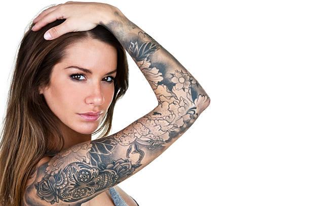 tattooed frau - tattoos frauen arm stock-fotos und bilder