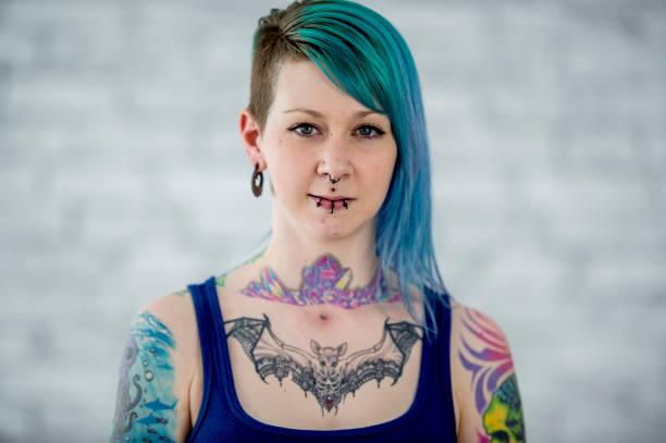 gefärbte haare, tattoos und piercings - gesichtstattoos stock-fotos und bilder
