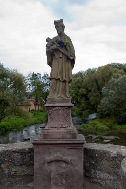 tauber brug standbeeld van st. nepomuk. vertaling latijn naar engels;  saint nepomuk 1716 - taubertal stockfoto's en -beelden
