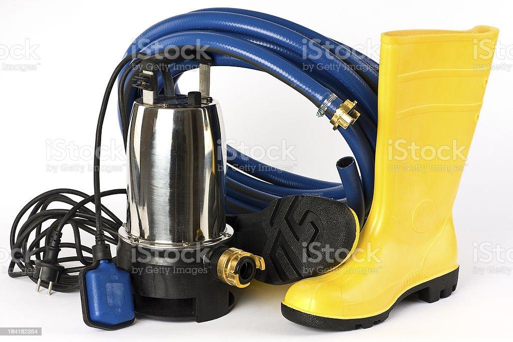 Tauchpumpe, Gummistiefel und Wasserschlauch stock photo