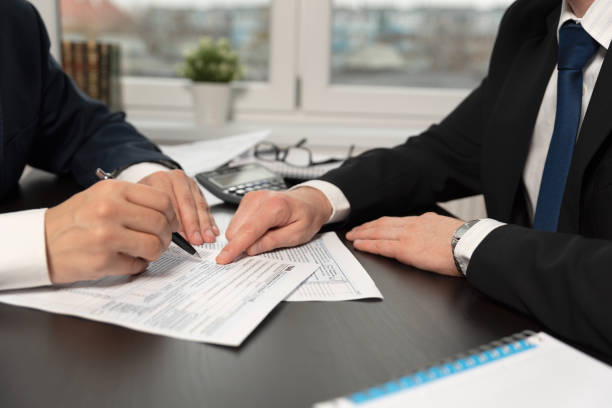 Tax advisor helps to complete US 1040 tax form – zdjęcie
