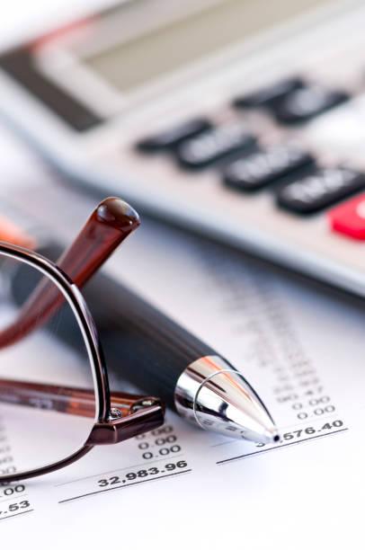 Zuzüglich Steuern-Rechner Kugelschreiber und Gläser – Foto