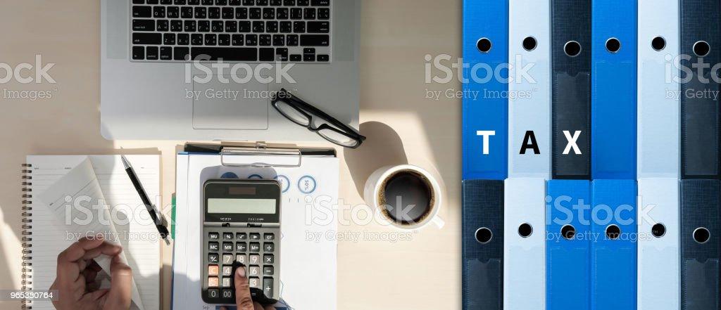 Entreprise de Concept d'impôt analysant le formulaire de déclaration de revenus des particuliers - Photo de Achat avec la carte de crédit libre de droits