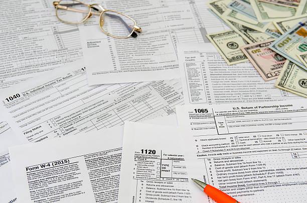 Formulario fiscal de los impuestos de devolución con lápiz - foto de stock