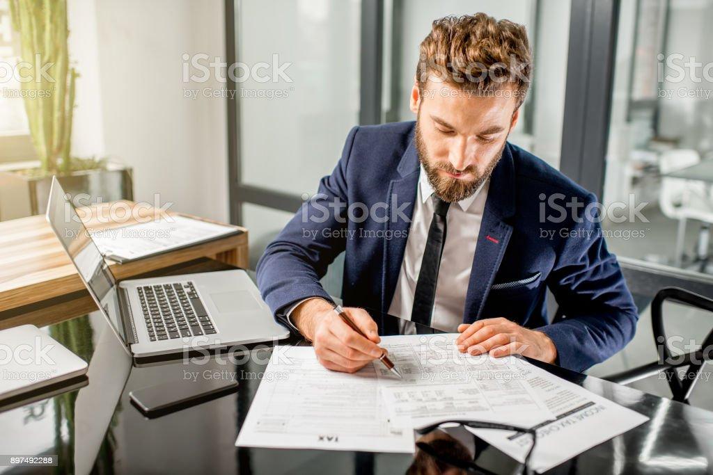 Tax Manager arbeiten im Büro – Foto