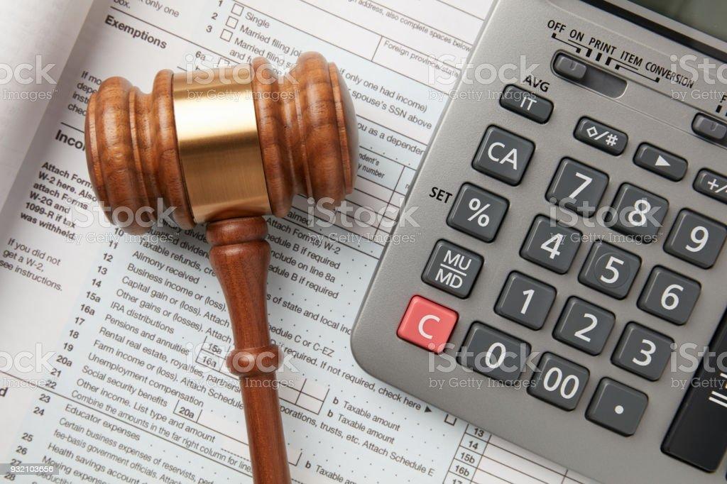 Steuererklärung, Hammer und Rechner – Foto